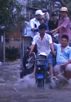 TP.HCM : Triều cường gây ngập nặng, người dân cầu cứu xe ba gác