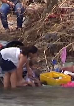Người dân Puerto Rico tắm giặt ngoài sông vì các dịch vụ chưa hoạt động trở lại sau bão