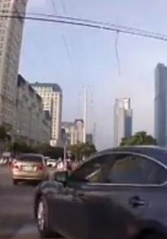 Vi phạm hàng loạt lỗi, ô tô ngăn cản quá trình lưu thông của nhiều phương tiện