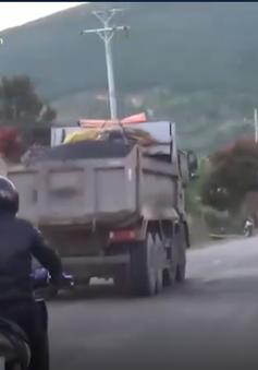 Xe trọng tải 50 tấn chở Alumin cày nát quốc lộ 27