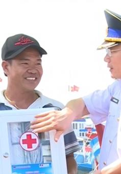 Cảnh sát biển phát thuốc miễn phí cho ngư dân đảo Phú Quý