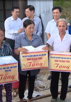 Phó Chủ tịch nước tặng quà cho người dân vùng bão Hà Tĩnh