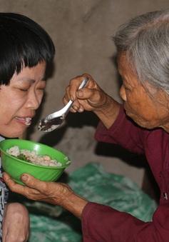 Xót xa cảnh mẹ già gần 80 tuổi lầm lũi nuôi con bệnh tật