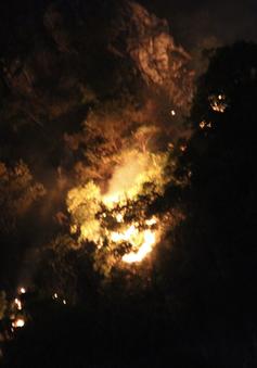 Xuất hiện đám cháy lớn trên đỉnh núi Bài Thơ