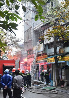 Cháy lớn tại cửa hàng phụ tùng ô tô, xe máy ở Hà Nội
