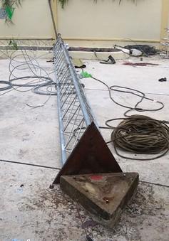 Trụ ăng ten phát sóng ở Vĩnh Long gãy đổ, 2 người thương vong