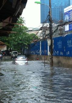 Nước ngập trong các ngõ xóm Hà Nội sau cơn mưa lớn