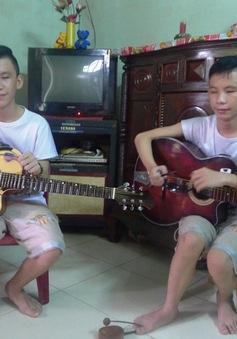 Tiếng đàn xót xa của hai anh em sinh đôi mù lòa