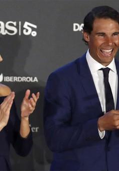 Nadal cười tít mắt nhận danh hiệu từ tay Hoàng hậu