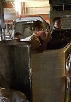 Tạm giữ tài xế đánh cảnh sát giao thông khi ô tô tải lật giữa đường