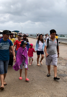 Hơn 5.000 du khách mắc kẹt trên các đảo ở Quảng Ninh