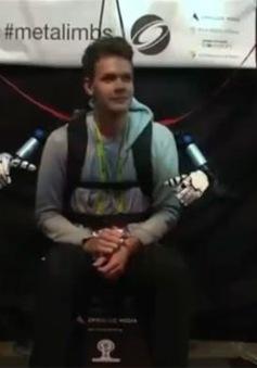 Cánh tay robot điều khiển bằng chân