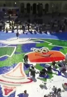 Bức tranh rộng 600m2 từ nắp chai nhựa