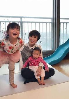 Gánh nặng của phụ nữ vừa đi làm, vừa chăm sóc con tại Hàn Quốc