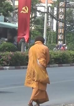 Sư giả lại đi khất thực tại lễ hội chùa Bà, Bình Dương