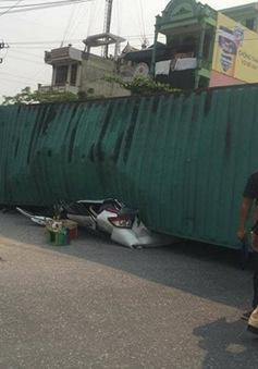 Container đè bẹp ô tô con, 2 người thiệt mạng