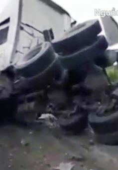 Xe container đâm xe chở công nhân trên cao tốc Thái Nguyên - Hà Nội