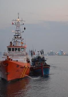 Cứu tàu cá bị hỏng hộp số trên biển