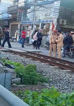 Bất cẩn băng qua đường ray, người chồng bị tàu hỏa cán tử vong