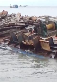 Hàng chục tàu cá của ngư dân Quảng Bình bị sóng đánh chìm