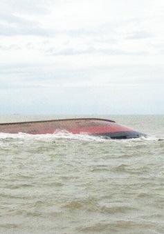 Lật tàu than ở Nghệ An: Huy động thêm thợ lặn tìm kiếm