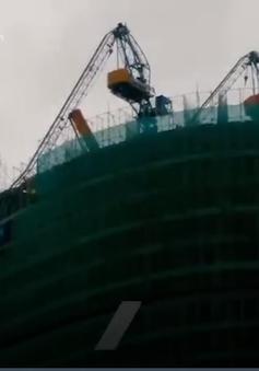 2 tháp cẩu bị gãy treo lơ lửng trên đầu người đi đường