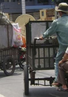Công nhân gặp khó do thay đổi phương tiện thu gom rác