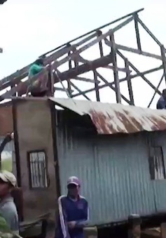 ĐBSCL: Hàng trăm ngôi nhà bị sập và tốc mái do dông, lốc