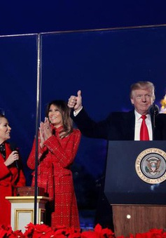 Vợ chồng Tổng thống Trump lần đầu thắp sáng cây thông Nhà Trắng
