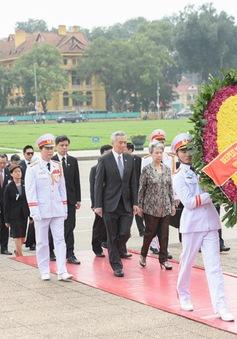 Thủ tướng Singapore và phu nhân vào Lăng viếng Chủ tịch Hồ Chí Minh