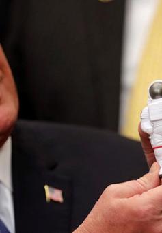 Tổng thống Mỹ ký chỉ đạo đưa người lên mặt trăng và sao Hỏa