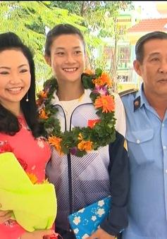 Lê Tú Chinh về thăm trường cũ