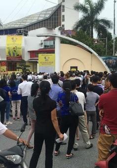 Dòng người háo hức xếp hàng mua vé ngày khai mạc VTV Cup Tôn Hoa Sen 2017