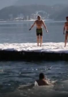 Đắm mình trong hồ băng - Thú vui của người Italy