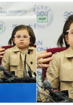 """Cô bé """"phá"""" bố trên truyền hình tiếp tục gây sốt mạng xã hội"""
