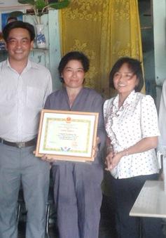 Người phụ nữ hơn 10 năm vá đường từ thiện
