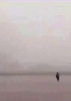 Trung Quốc: Chạy 500m đuổi theo vé máy bay vì gió lớn