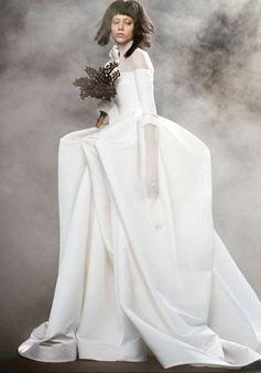 Không khoe eo thon, Vera Wang tung váy cưới ma mị, phá cách