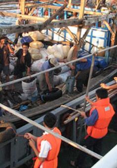 Hải quân vùng 3 cứu tàu cá gặp nạn cùng 10 thuyền viên