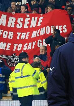 """CĐV Arsenal quyên tiền để """"tống cổ"""" HLV Wenger"""
