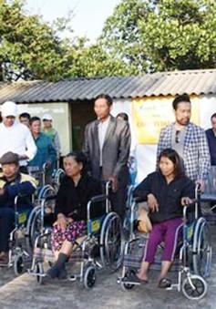 Việt kiều Đức trao tặng xe lăn cho người tàn tật Quảng Trị