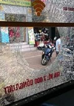Giận bạn gái, thanh niên ném gạch vào xe bus khiến 1 người nhập viện