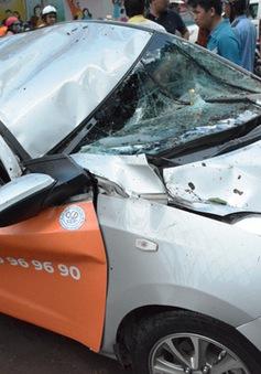 TP.HCM: Kinh hoàng cây cổ thụ đè bẹp ô tô, 1 người bị thương