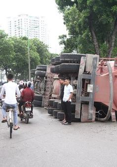 Tài xế ngủ gật, xe bồn hàng chục tấn lật nghiêng trên phố Hà Nội