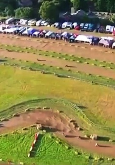 Độc đáo cuộc đua xe cắt cỏ kéo dài 12 tiếng tại Anh