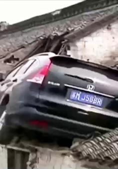 Trung Quốc: Lao xe lên mái nhà do đạp nhầm chân ga