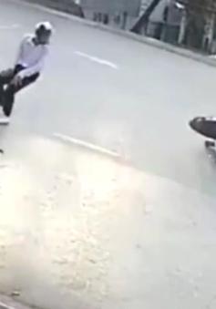 Phóng nhanh sang đường, xe máy tông nhau trực diện