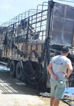Xe tải bốc cháy dữ dội gần trạm thu phí