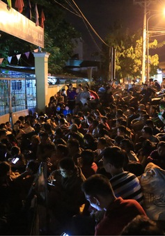 Chờ xuyên đêm trước cổng trường nộp hồ sơ xin học cho con