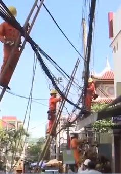 Điện lực Đà Nẵng ra quân xử lý cáp treo cột điện mất an toàn